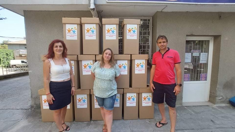 Доброволци поставят кутии за събиране на капачки в Добрич