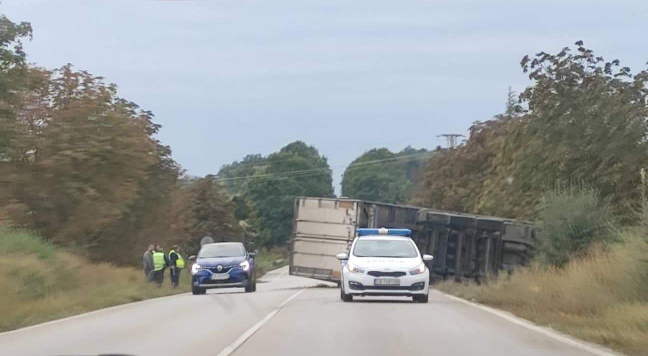 Камион се обърна на пътя Добрич – Варна, движението се извършва в едната лента