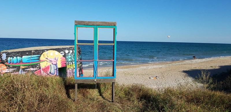 Музей на отпадъците и рамки за снимки на открито радват туристите на плаж Езерец